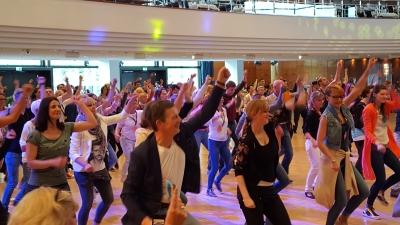 Tanzlehrer tanzen den neuesten Partytanz vorne im Bild Michael Hull